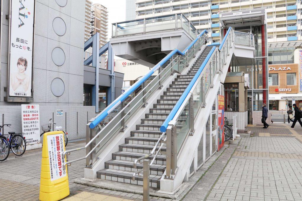 ②階段・エレベーターを使って2階へ上がります。